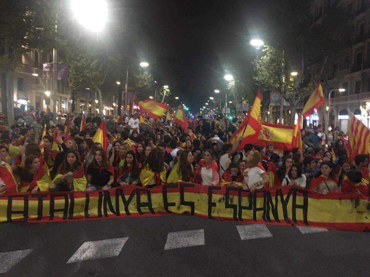 Sute de persoane au protestat la Barcelona faţă de proclamarea independenţei Cataloniei - VIDEO