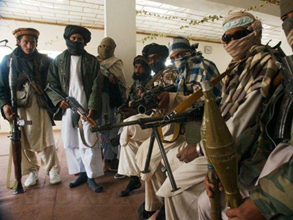 Insurgenţii talibani din Afganistan au anunţat că unul din americanii răpiţi este grav bolnav: `Picioarele i s-au umflat şi uneori leşină`
