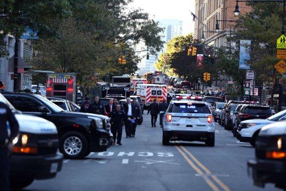 Imaginea articolului Atac la New York | Cel puţin opt morţi, după ce un individ a intrat cu maşina în trecători şi apoi a deschis focul, în Manhattan/ Cine sunt victimele/ Mesajul lui Trump | FOTO, VIDEO