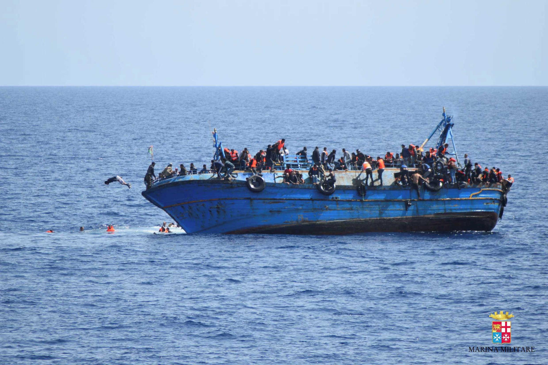 În jur de 300 de imigranţi, interceptaţi de Paza de Coastă libiană, la est de Tripoli