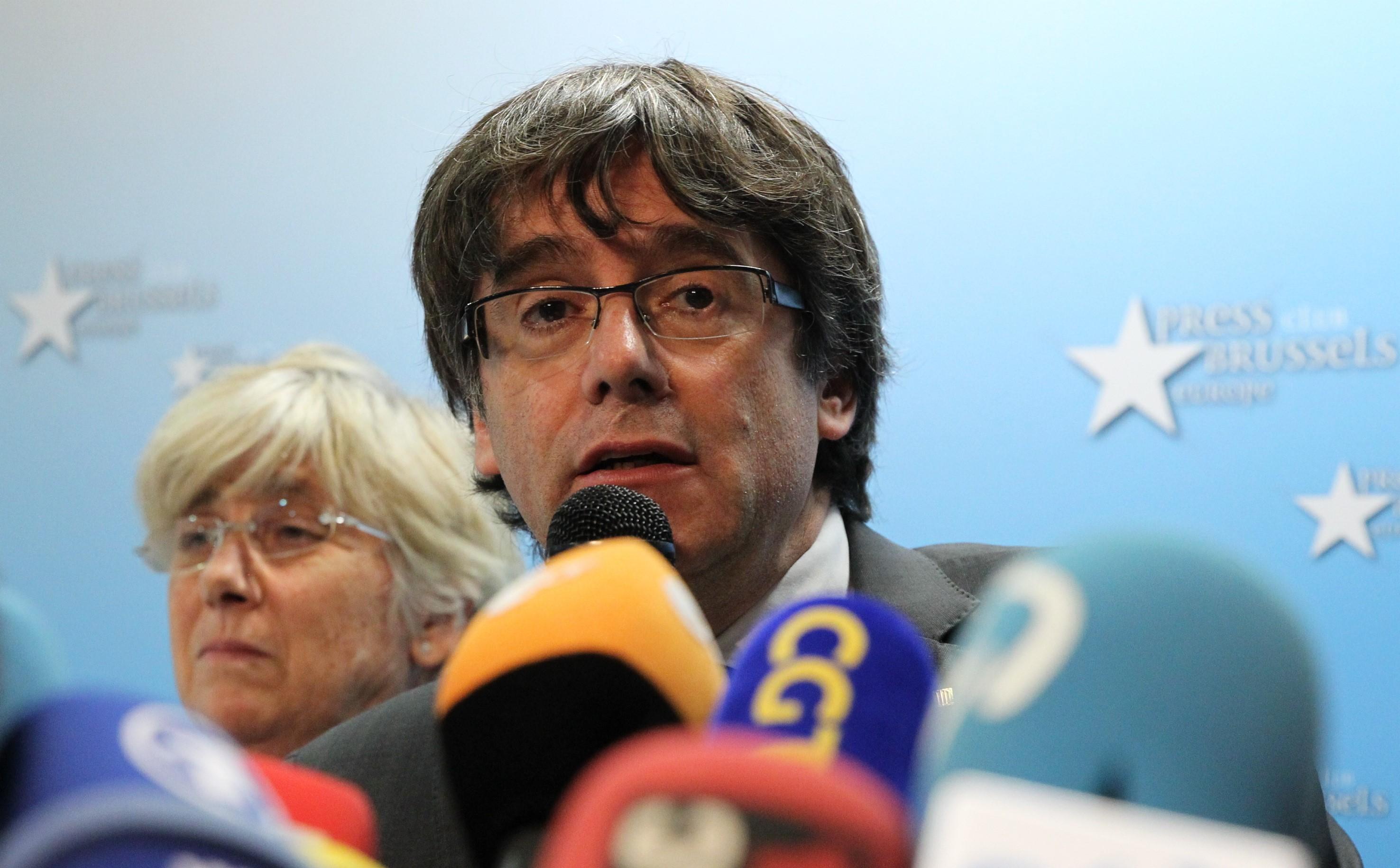 Carles Puigdemont va coopera cu autorităţile spaniole, deşi este un `proces politic`. Anunţul făcut de avocatul fostului lider catalan