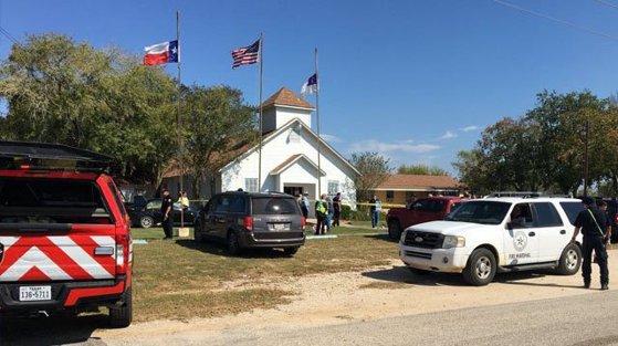Imaginea articolului ATAC armat în Texas: Cel puţin 26 de oameni au murit după ce un individ a deschis focul într-o biserică | VIDEO