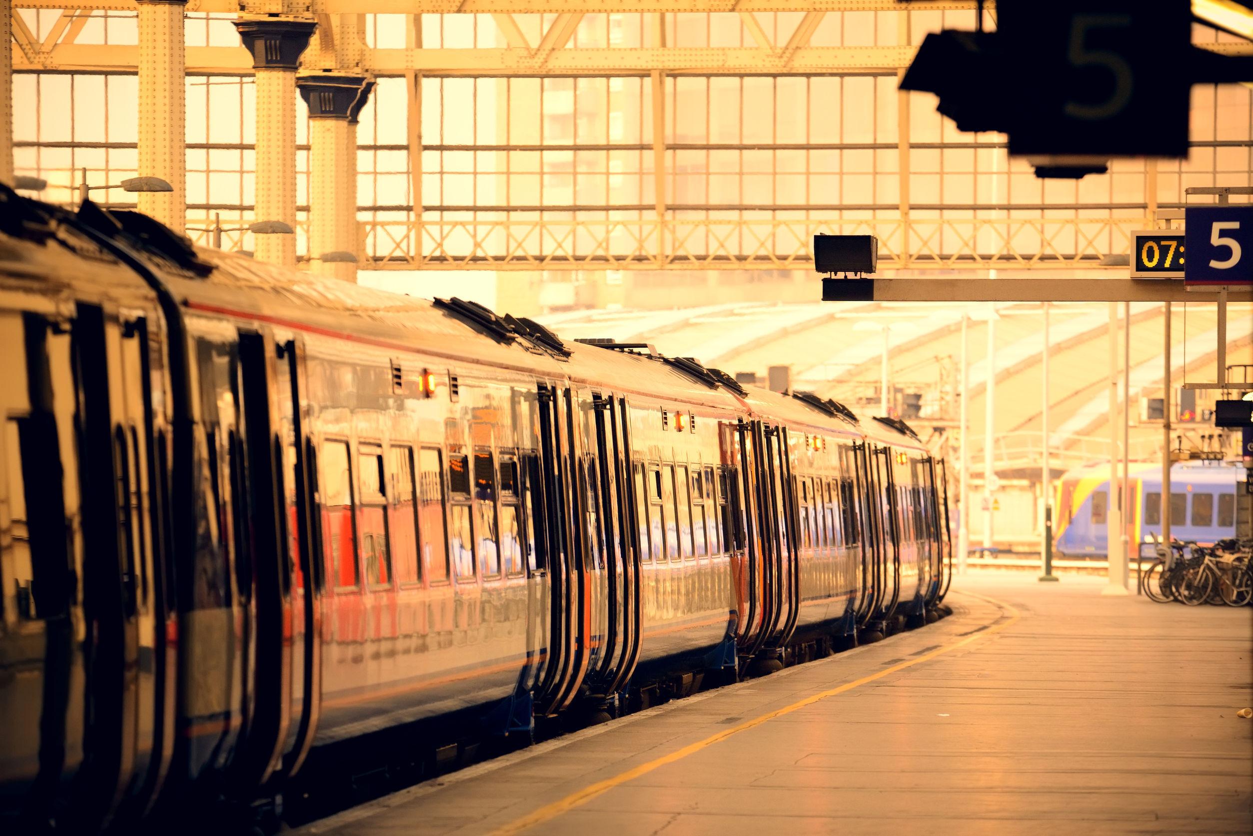 Patru răniţi şi sute de persoane evacuate, după deraierea unui tren în Londra