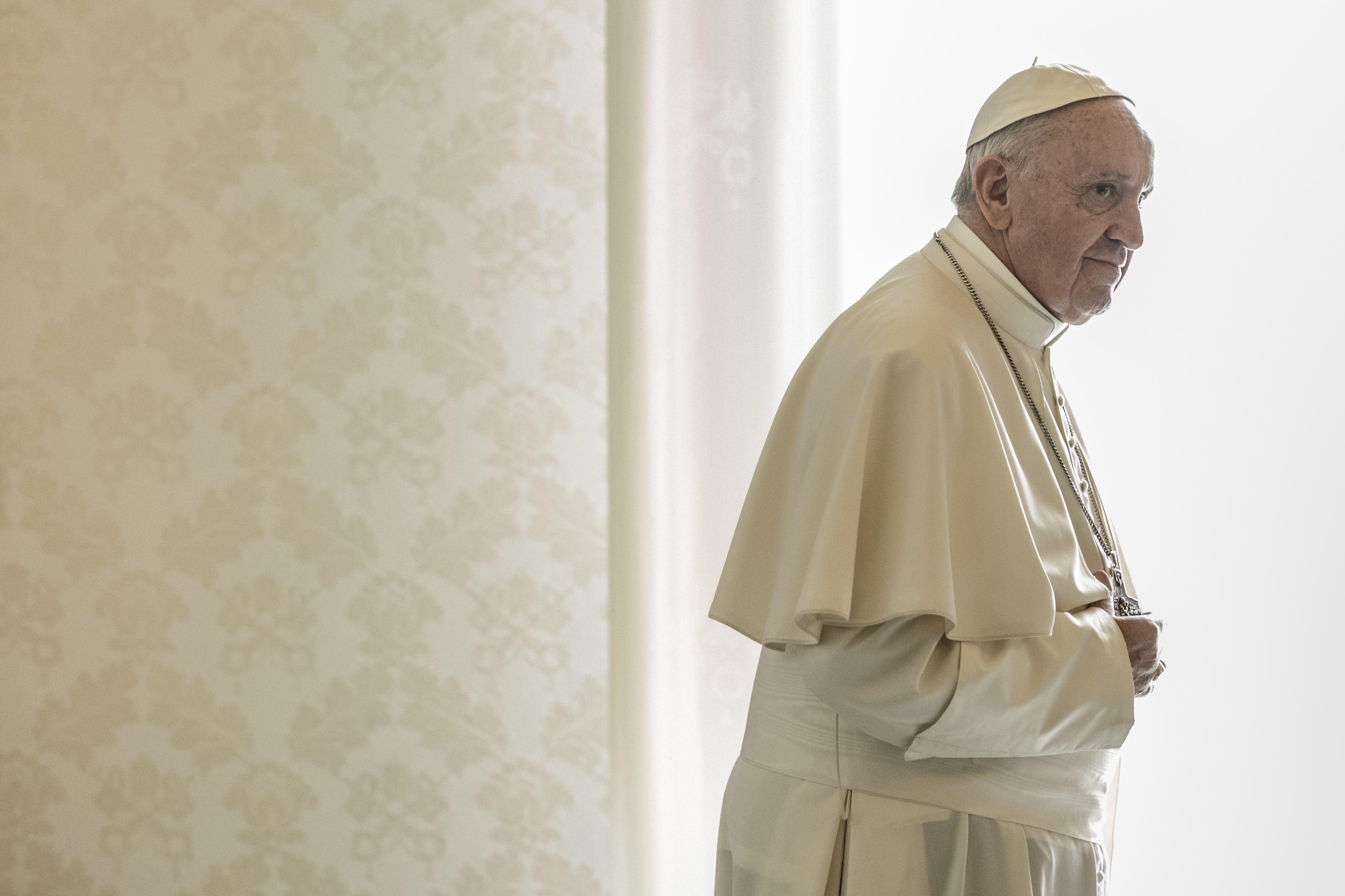Papa Francisc denunţă folosirea telefoanelor mobile în timpul slujbelor religioase: În Sfânta Liturghie se spune: `Sus să avem inimile`, nu `sus să avem telefoanele pentru a face fotografii`