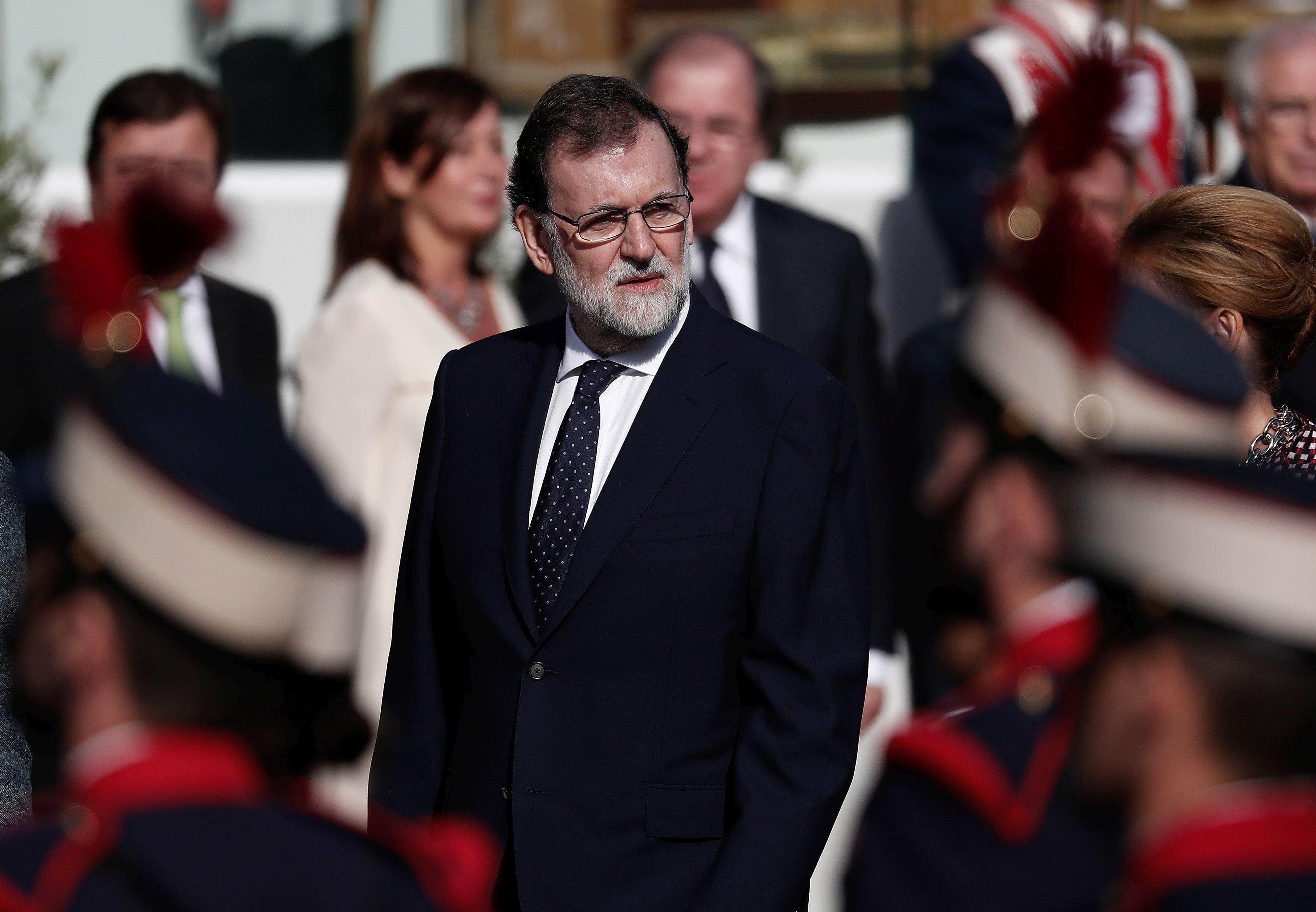 Premierul Spaniei, prima vizită la Barcelona, după suspendarea AUTONOMIEI: `Trebuie să salvăm Catalonia de haosul separatismului`/ Opt foşti membri ai administraţiei regiunii Catalonia şi doi activişti sunt închişi | VIDEO