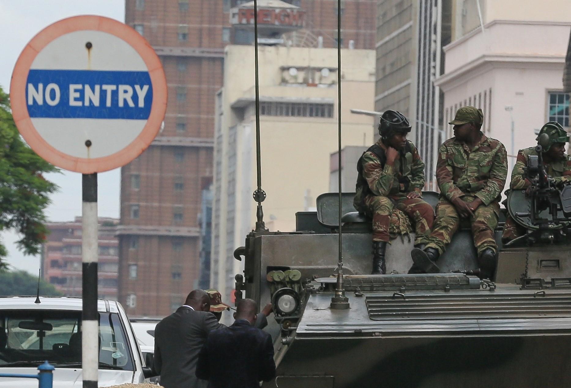 Zeci de mii de zimbabwieni au sărbătorit pe străzi înlăturarea preşedintelui Mugabe