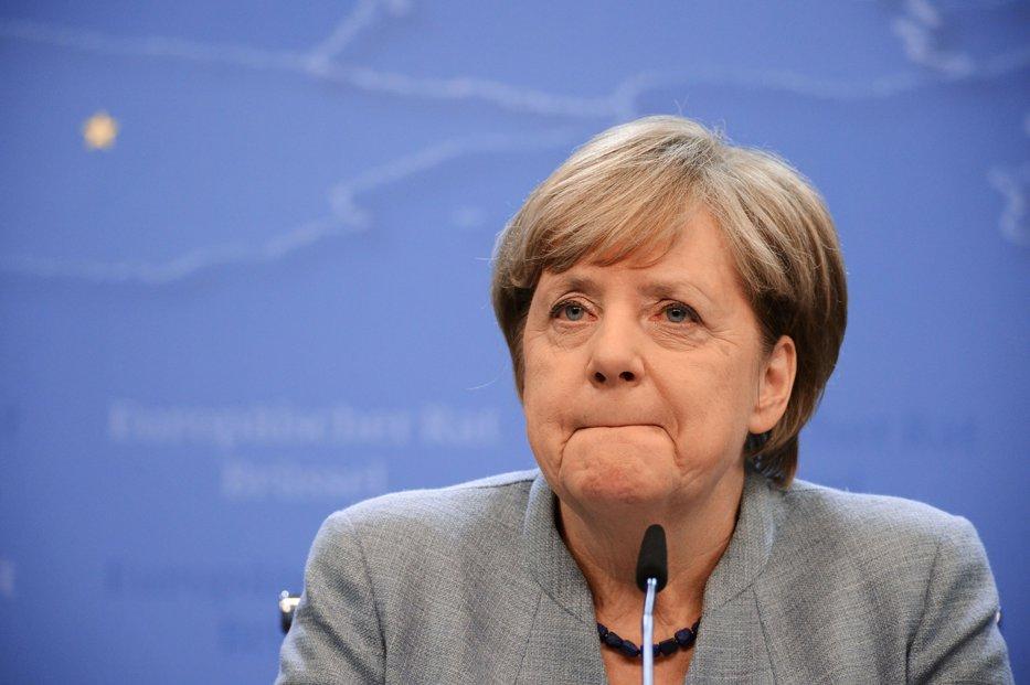 EURO, în scădere, în urma situaţiei din Germania. Acesta ar putea fi SFÂRŞITUL carierei de cancelar pentru Angela Merkel
