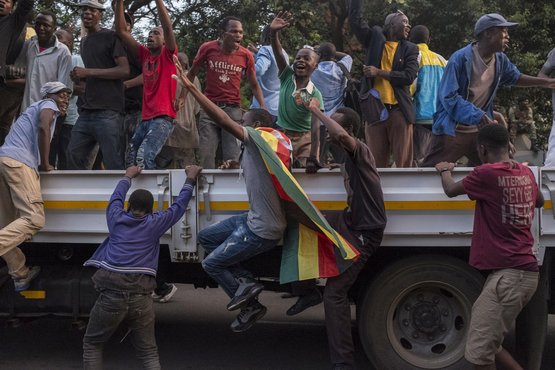 Omul care a determinat armata să intervină şi să preia controlul statului este noul preşedinte interimar al Zimbabwe / În anii '80 a fost şeful spionilor în această ţară