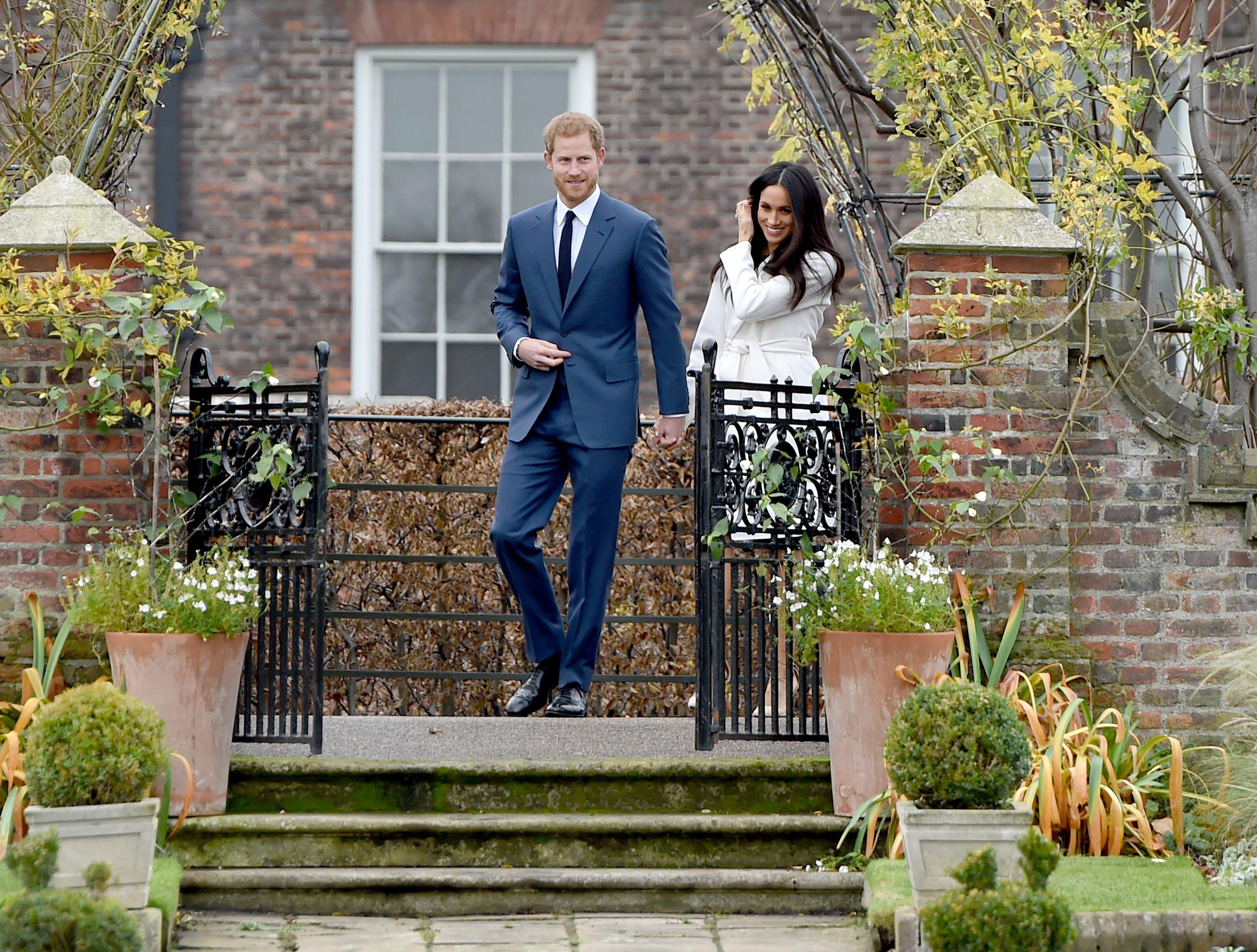 Prinţul Harry şi Meghan Markle s-au îndrăgostit atât de rapid de parcă `s-au aliniat stelele`. Primele imagini oficiale după anunţul logodnei