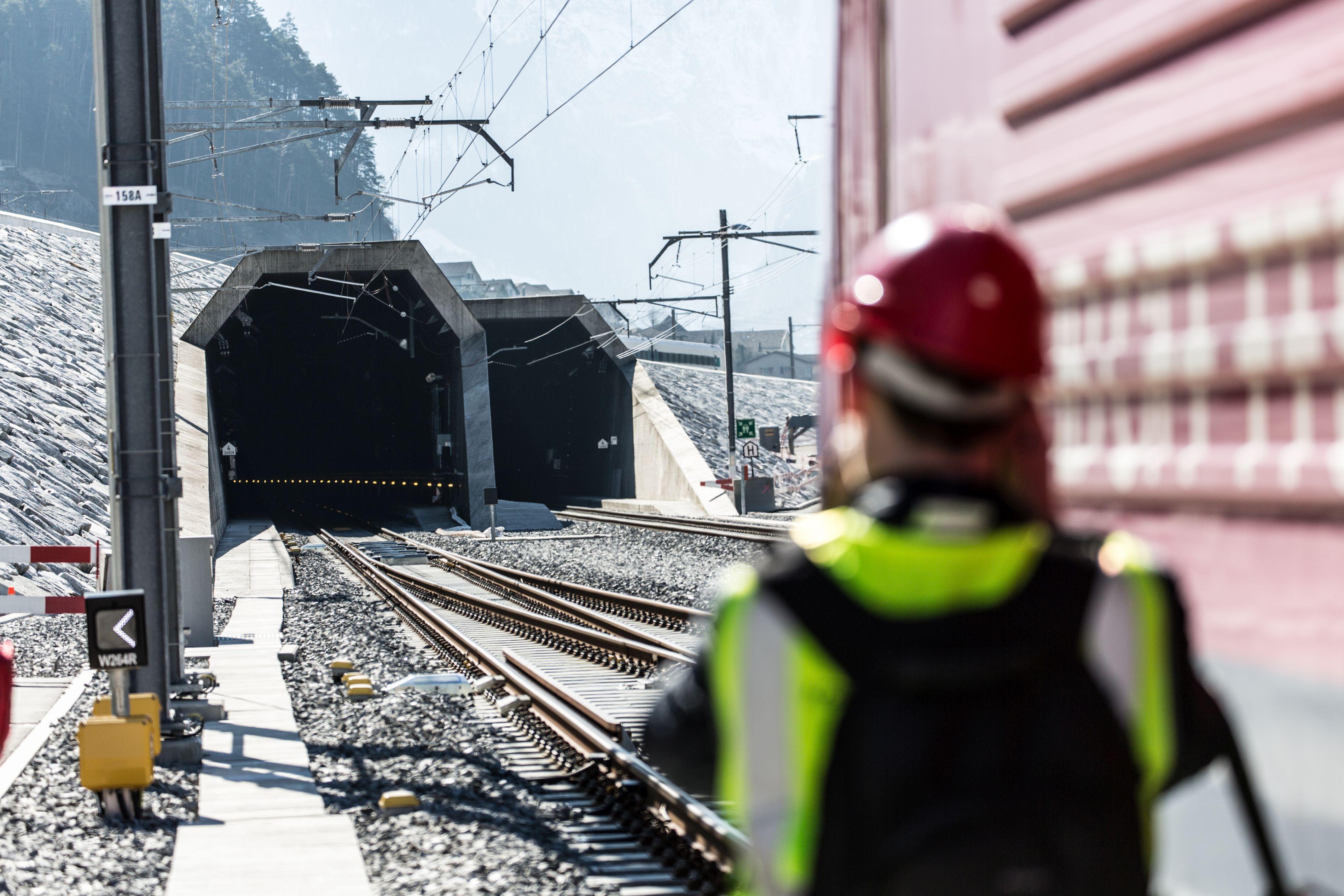 Un tren internaţional, cu 500 de pasageri la bord, a deraiat în nordul Elveţiei | FOTO