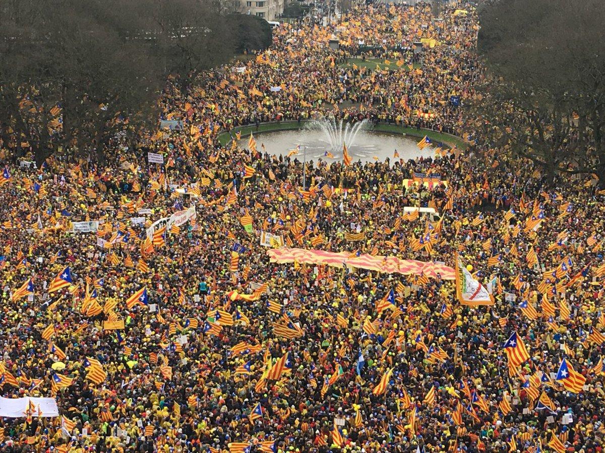 Peste 45.000 de oameni au manifestat la Bruxelles în favoarea independenţei Cataloniei/ Puigdemont: Catalonia vrea să existe sub forma unui stat democratic