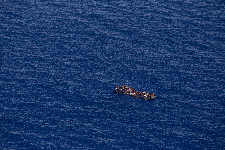 Peste 250 de imigranţi care încercau să ajungă în Italia au fost salvaţi de paza de coastă libiană