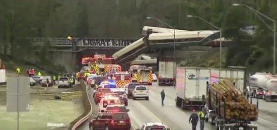 Imaginea articolului Mai multe persoane au murit, iar numeroase au fost rănite, după ce un tren Amtrak a deraiat, a căzut de pe un pod şi s-a prăbuşit pe o autostradă din statul Washington | VIDEO