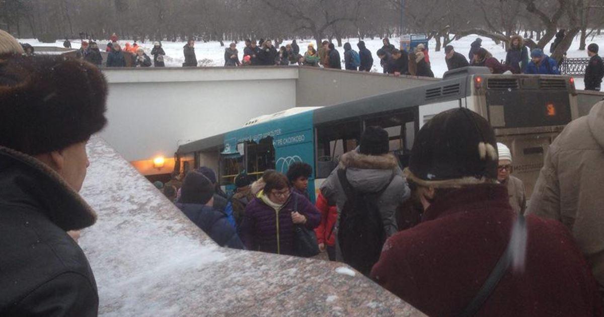 Cel puţin cinci morţi şi zece răniţi, după ce un autobuz a intrat în zona de acces a unei staţii de metrou din Moscova | VIDEO