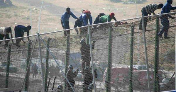 Peste 200 de persoane au pătruns cu forţa pe teritoriul exclavei spaniole Melilla din Africa de Nord