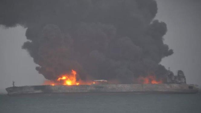 Tancul petrolier care s-a ciocnit cu un cargobot în largul coastelor Chinei ar putea exploda. Incendiul, tot mai puternic / Peste 30 de persoane, dispărute