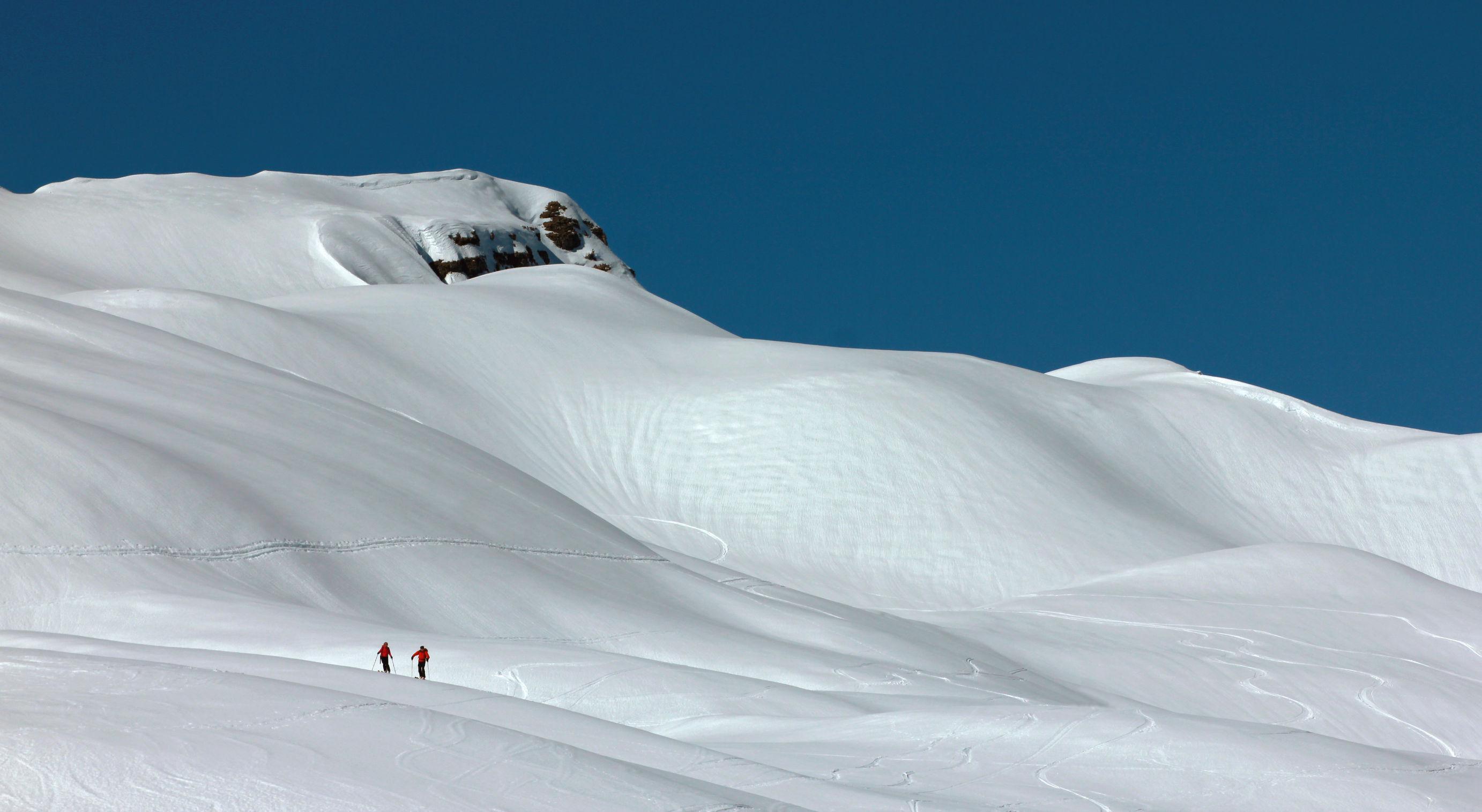 Mii de turişti, blocaţi în staţiuni montane din Elveţia, Franţa şi Italia, în urma ninsorilor abundente / În Zermatt, riscul de producere a avalanşelor este la cel mai înalt nivel din ultimii 10 ani