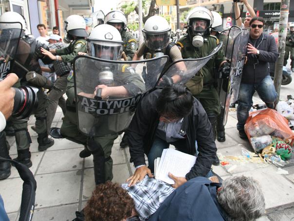Mii de greci protestează împotriva măsurilor de austeritate, iar poliţia a folosit gaze lacrimogene