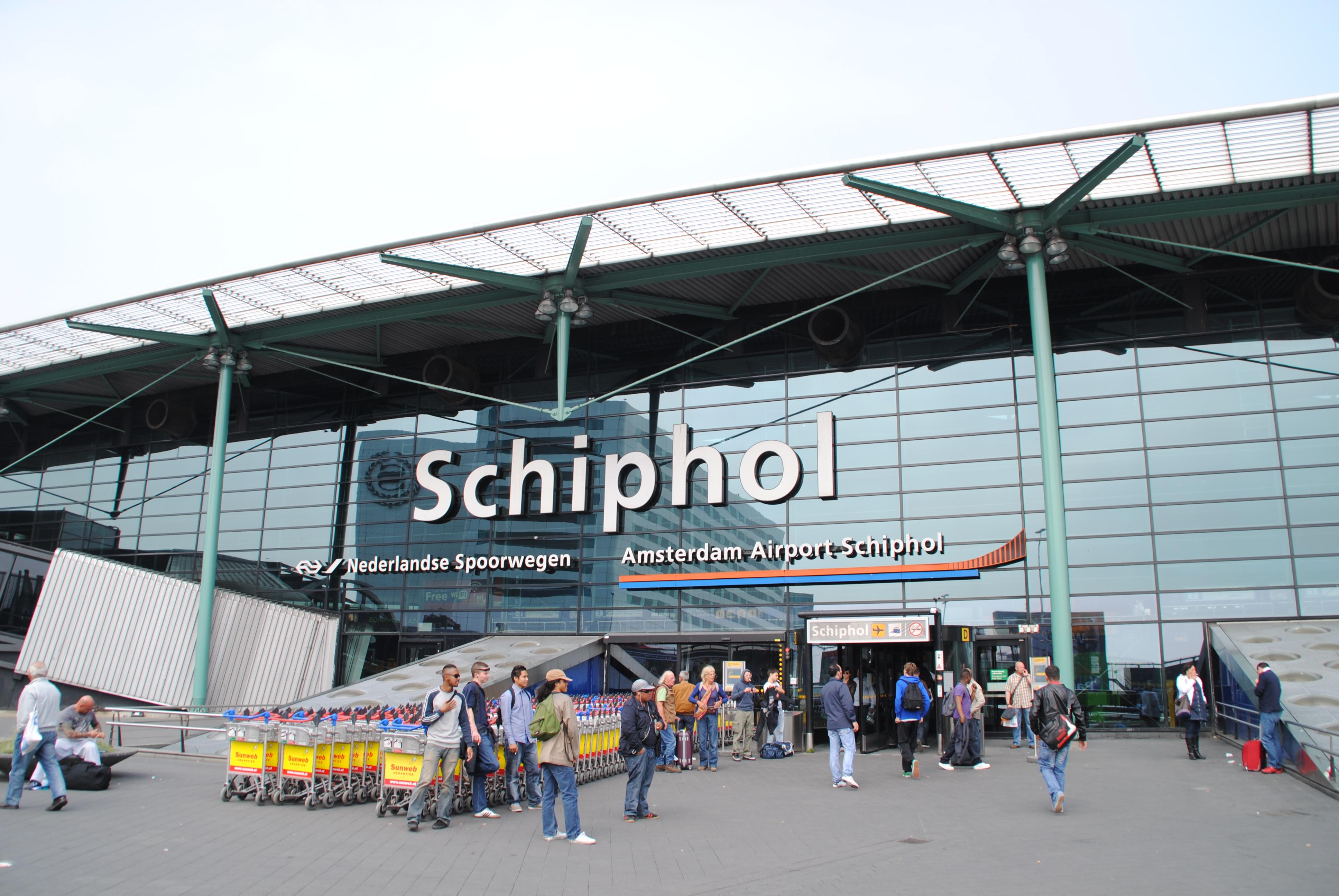 Furtună severă în Olanda. Aeroportul din Amsterdam a anulat toate zborurile. Situaţia curselor spre şi dinspre România/ IMAGINI cu oameni luaţi de vânt