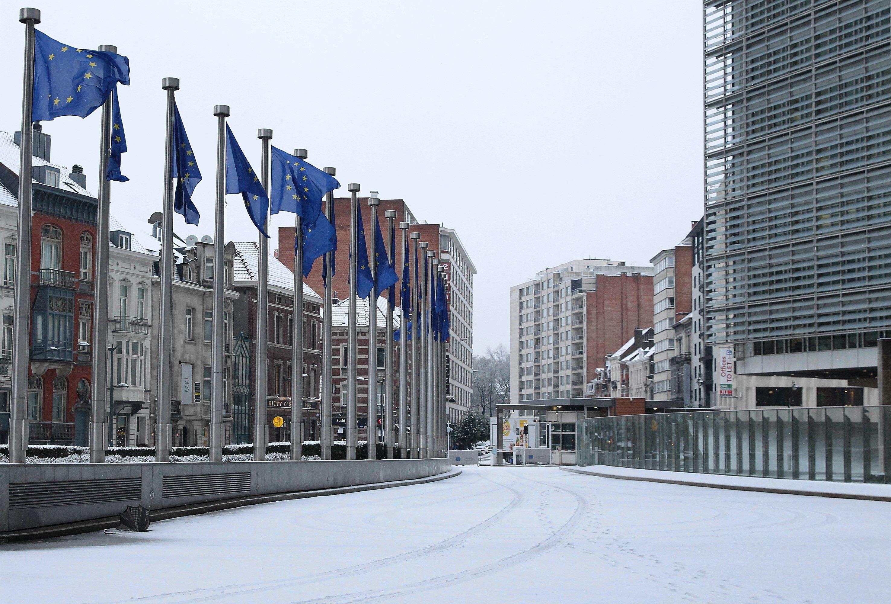 Comisia Europeană discută miercuri `ultimele evoluţii privind situaţia din România`. Parlamentul urmează să dezbată `ameninţări la adresa statului de drept`