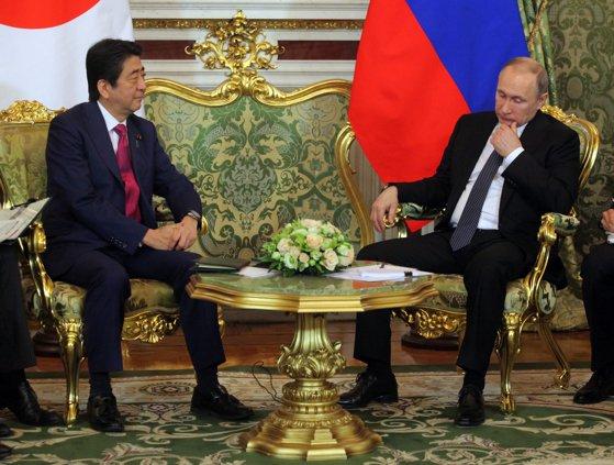Imaginea articolului Premierul Japoniei laudă calităţile de lider ale lui Putin: Este foarte ataşat de ţara sa şi are un spirit puternic