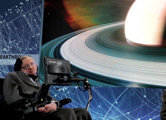 Imaginea articolului A murit Stephen Hawking, fizicianul care a depăşit toate limitele. Omul de ştiinţă avea 76 de ani şi a trăit peste jumătate de secol imobilizat într-un scaun cu rotile