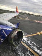 ATERIZARE DE URGENŢĂ: Motorul unui avion de pasageri a EXPLODAT în zbor O femeie, pe punctul de a fi ARUNCATĂ în gol | VIDEO dramatic de la bordul aeronavei