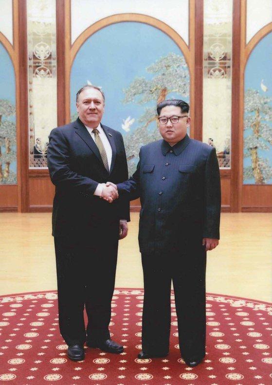 Imaginea articolului FOTO | Casa Albă a publicat primele imagini de la întâlnirea dintre Mike Pompeo şi Kim Jong-un