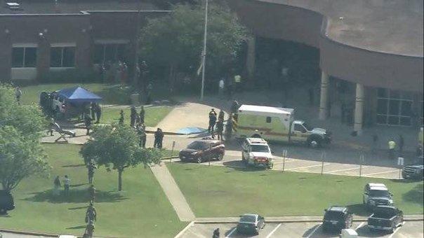 Imaginea articolului ATAC ARMAT într-un liceu din Statele Unite: Cel puţin zece morţi/ Autorul atacului şi un presupus complice au fost reţinuţi | VIDEO