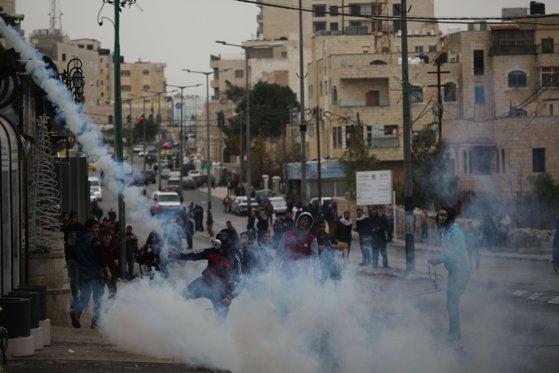 Imaginea articolului Peste o sută de palestinieni au fost răniţi în urma unor confruntări cu armata israeliană