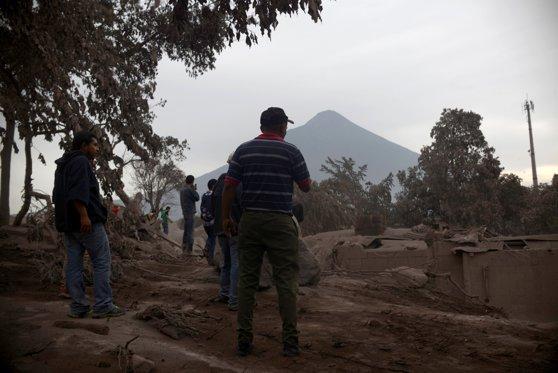 Imaginea articolului Erupţia vulcanului Fuego din Guatemala | Aproape 200 de persoane dispărute şi 75 de morţi