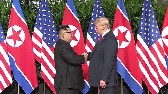 Imaginea articolului Summit istoric Donald Trump-Kim Jong-un: Cei doi lideri au dat mâna în Singapore. FOTO, VIDEO