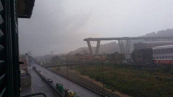 Imaginea articolului BREAKING: Un pod rutier de pe autostradă, PRĂBUŞIT de la o înălţime de 100 m, în apropiere de oraşul Genova. Primele INFORMAŢII: Zeci de morţi/ Imagini terifiante | FOTO, VIDEO