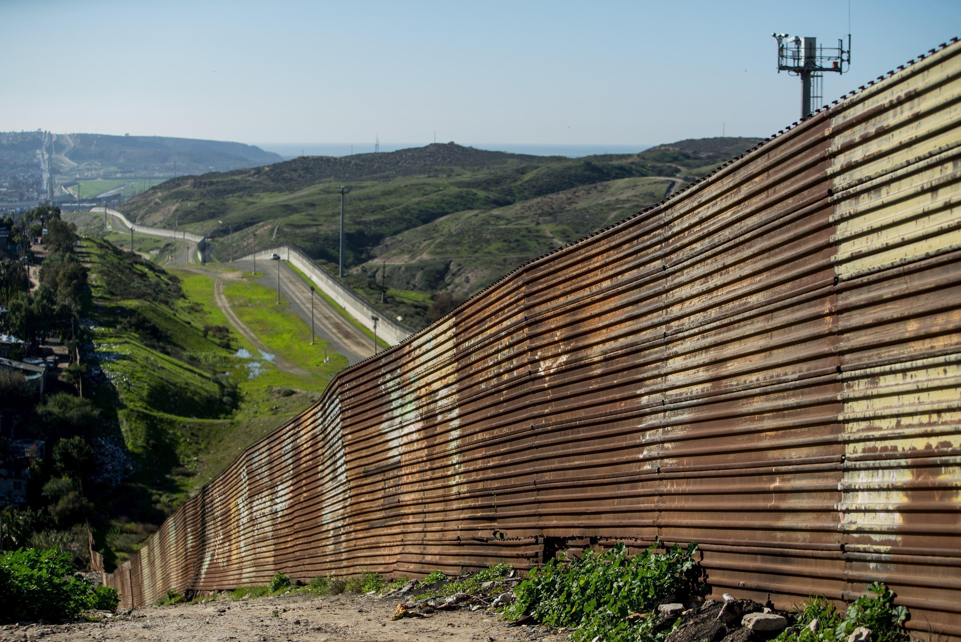 SUA ridică baricade la graniţa cu Mexicul, pe măsură ce caravana cu imigranţi se apropie