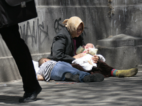 Helsinki încearcă descurajarea cerşetoriei practicate de romii din România (Imagine: Mediafax Foto)
