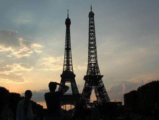 """Imaginea articolului Turnul Eiffel are un """"frate"""". O replică a celebrei construcţii a fost ridicată în apropierea turnului original - FOTO"""