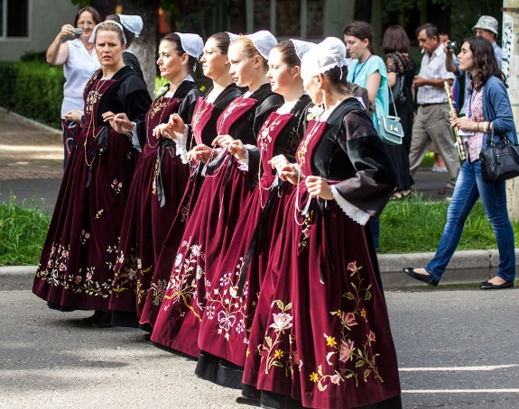 Opt tari, la prima editie a Festivalului International de Dansuri Traditionale care are loc la Buzau - FOTO