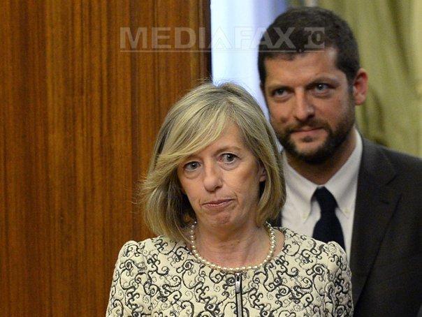 Ministrul italian al Educatiei Stefania Giannini, criticat pentru ca a aparut topless pe plaja - FOTO