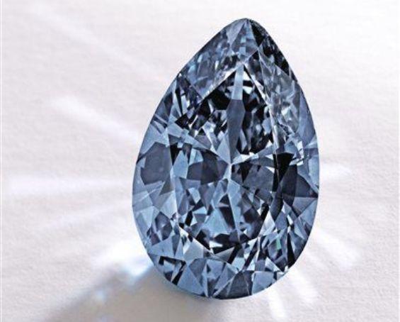 Nou record de preţ: Un diamant albastru, vândut la licitaţie cu aproape 33 de milioane de dolari