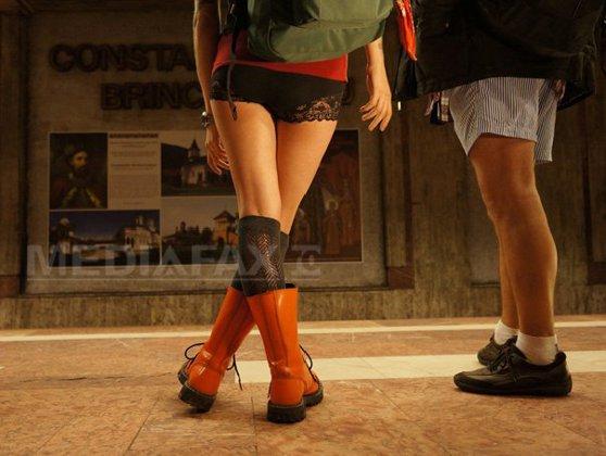 Imaginea articolului REPORTAJ - Cod vestimentar inedit: Bucureştenii s-au plimbat cu metroul în boxeri cu dantelă şi pantaloni scurţi - FOTO