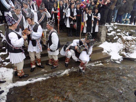 """Imaginea articolului """"Udatul Ionilor"""", un obicei vechi de peste o sută de ani, păstrat într-un sat din Sibiu"""
