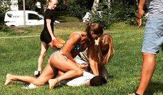 S-a pus cu cine nu trebuia: O poliţistă în bikini a prins şi a pus la pământ un hoţ de buzunare - GALERIE FOTO, VIDEO