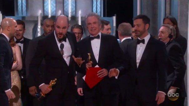 """Imaginea articolului OSCAR 2017. GAFĂ de proporţii: Cel mai important trofeu a fost înmânat greşit, unui alt film. Echipa """"La La Land"""", nevoită să coboare de pe scenă. Scena stânjenitoare - VIDEO"""