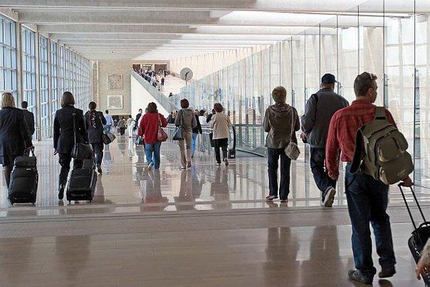 Imaginea articolului Motivul INEDIT pentru care o companie aeriană INTERZICE accesul pasagerilor care sunt îmbrăcaţi în cel mai banal obiect vestimentar