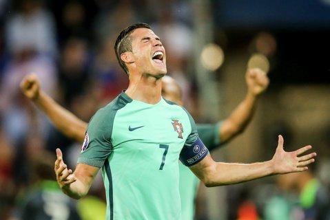 De tot RÂSUL: Ronaldo şi-a dezvelit propria statuie, dar a avut un ŞOC când a văzut-o. Fanii au ÎNNEBUNIT!!! Totul a luat-o razna într-o clipă