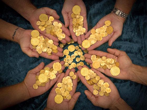 Imaginea articolului O comoară compusă din 913 monede de aur din secolul al XXI-lea, descoperită în interiorul unui pian