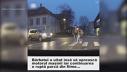 Imaginea articolului Un bărbat încearcă să ajute o bătrână să treacă strada, dar ce se întâmplă după ce se dă jos din maşină întrece orice imaginaţie