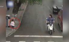 Imaginea articolului VIDEO Imagini care te ţin cu sufletul la gură! Clipe de groază pentru o fetiţă care a fugit pe o stradă plină de maşini. Este un miracol că a supravieţuit?