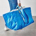 Imaginea articolului O geantă de 99 de cenţi, vândută la un preţ de lux de o casă de modă. Cât cere Balenciaga pentru un model aproape identic cu sacoşa de la Ikea