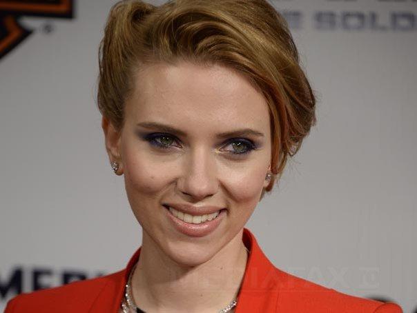 """Imaginea articolului VIDEO Scarlett Johansson îşi invită DUBLURA, """"bunica Geraldine"""", la un pahar, după ce fotografia cu bătrânica a devenit VIRALĂ"""